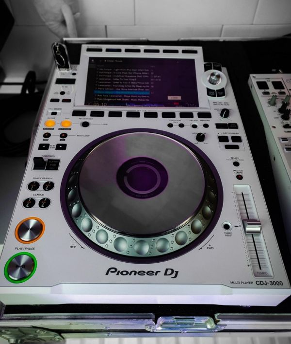 Pioneer CDJ-3000 Professional DJ Multi Player =1400 EUR , Pioneer CDJ-2000NXS2 Multi Player =1000EUR